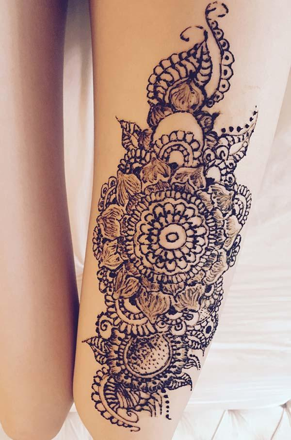 flower with leaves mehndi design for thighs
