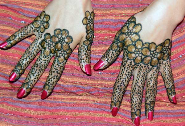 floral and dotted finger Mehendi design that beautifies