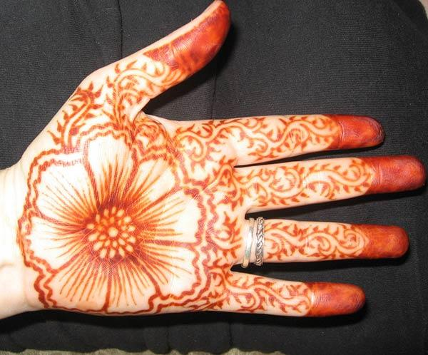 Hand Graceful Makeover With this Flower and Creeper Mehndi Design