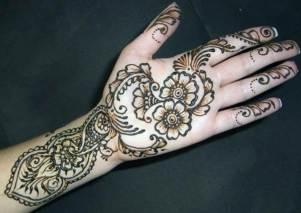 Palm Look Heavenly with This Floral and Leaves Mehndi Design