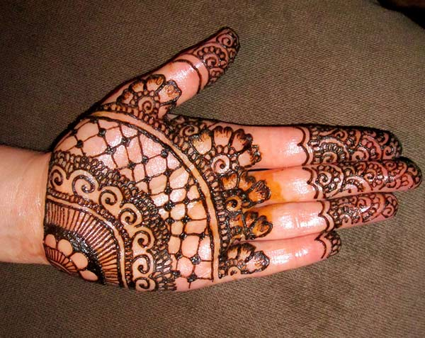 Simple Mehndi Design Made of Flowers