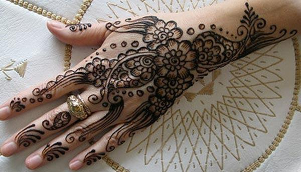 Magnificent mehndi design for backhand