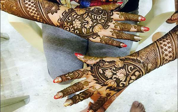 glamorous mehndi design for backhand