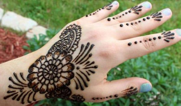 Beautiful mehndi design for backhand
