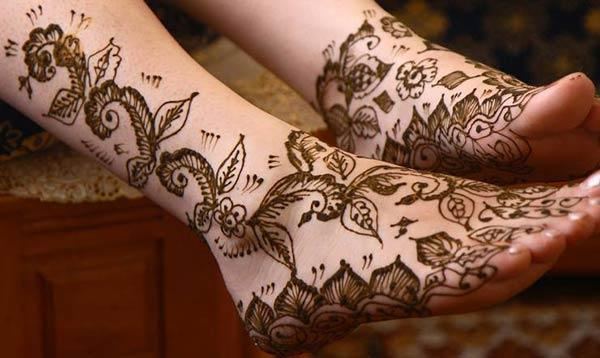 leaves and flowers mehendi design for feet