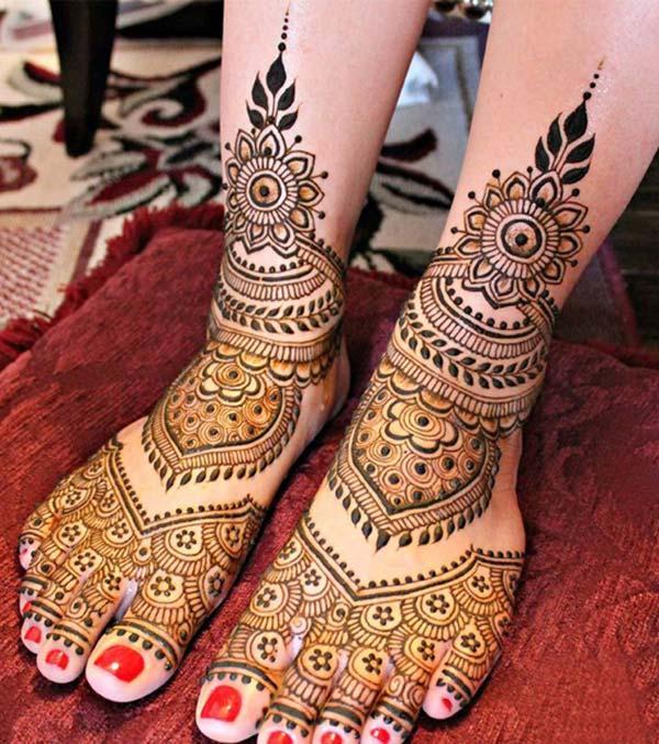 spectacular mehndi design for feet