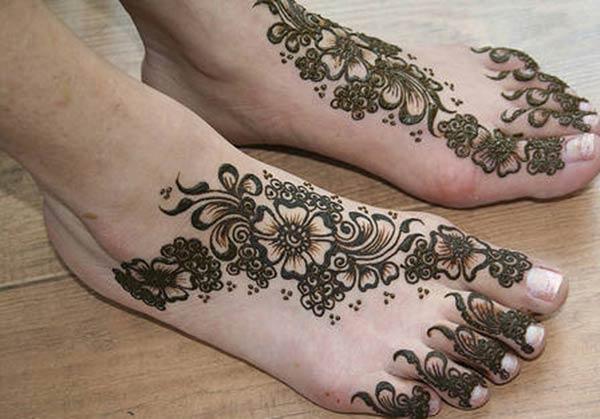 flowers and leaves mehendi design for feet