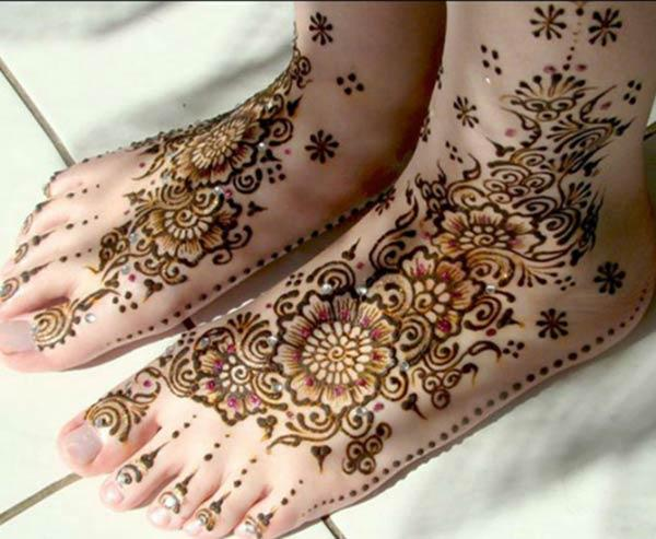 enchanting floral mehndi design for feet