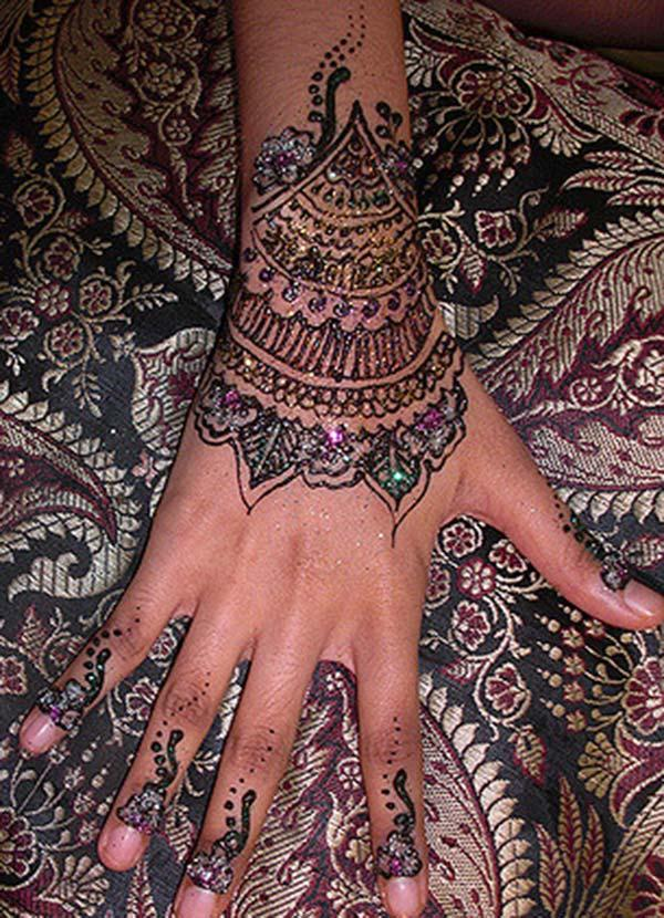 glitters mehendi design for wrist