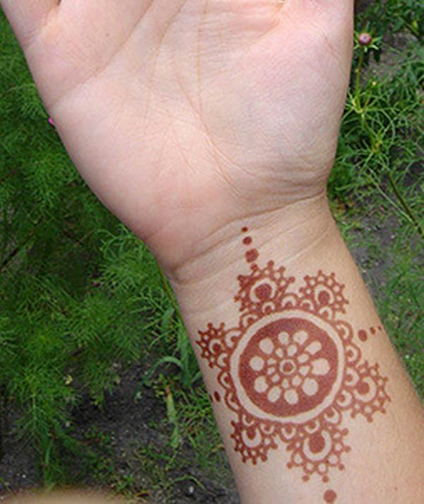 simple mehndi design for wrist