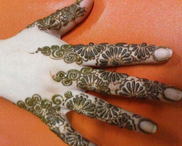 floral pattern mehndi design for fingers