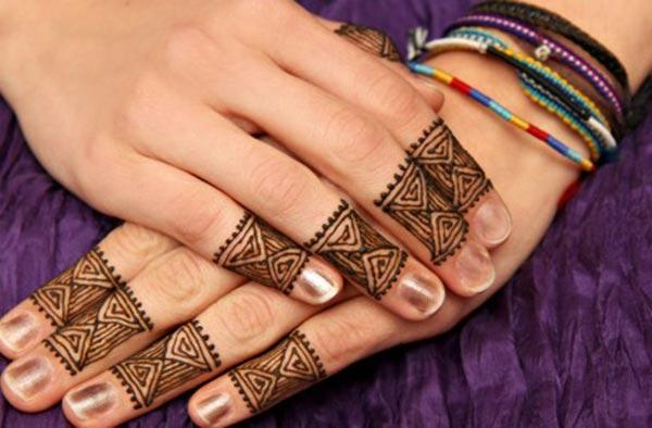 line patterns mehndi design for fingers