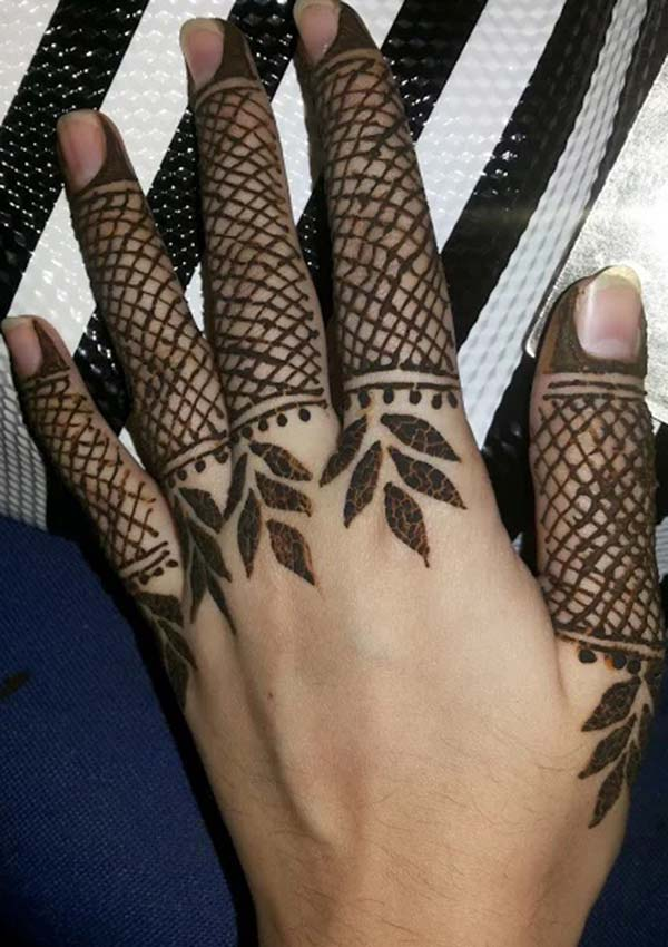 chequered pattern mehndi design for fingers