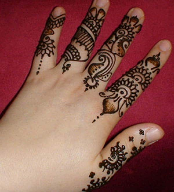 simple paisleys mehndi design for fingers