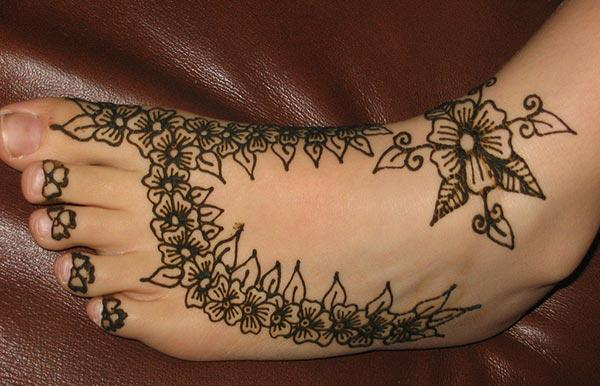 A floral love Mehendi design on feet for Women