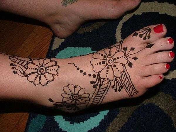 An elegant floral mehendi design on feet for Ladies