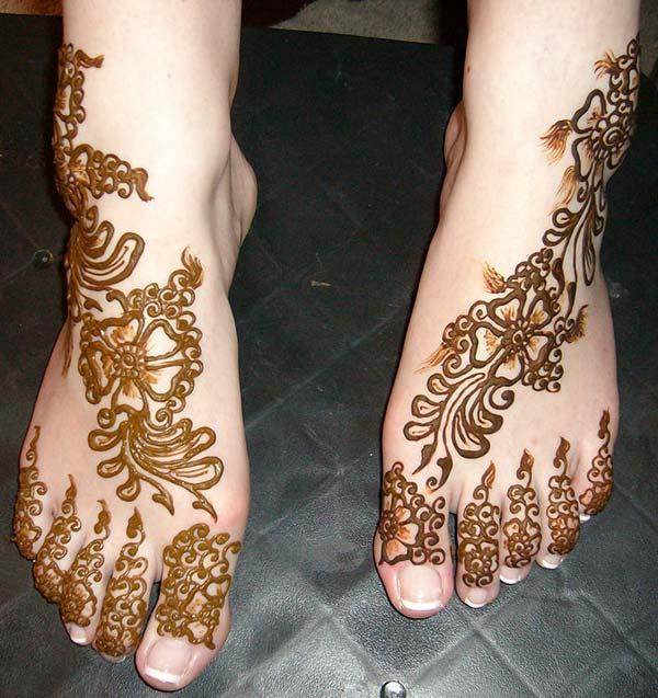 A floral braid mehendi design on feet for girls and women