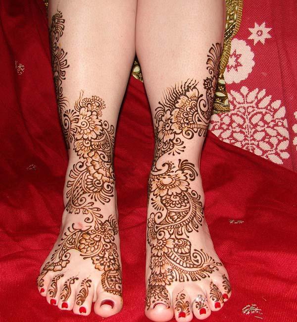 A mesmerizing mehendi design on feet for ladies