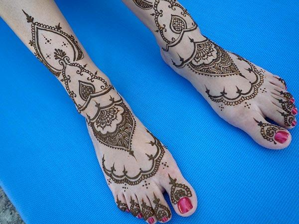 A lovely mehendi design on feet for girls and women