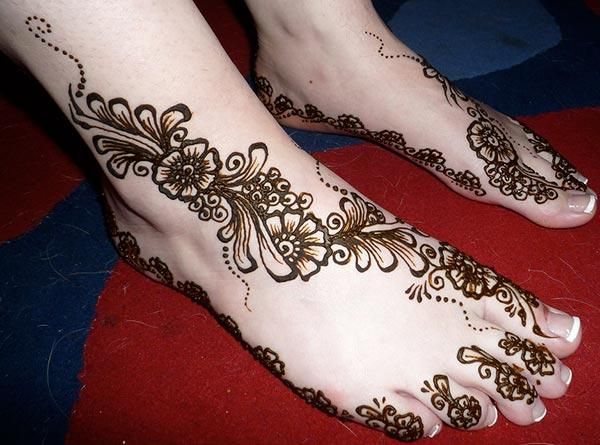A pretty floral mehendi design on feet for girls and ladies