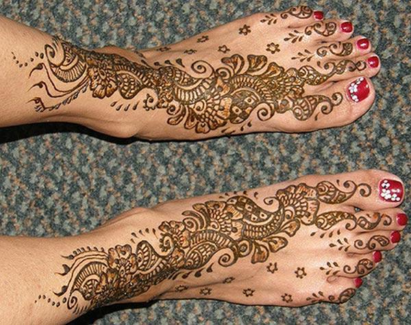 A striking mehndi design on feet for girls and ladies