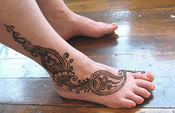 A charming mehendi design on feet for ladies