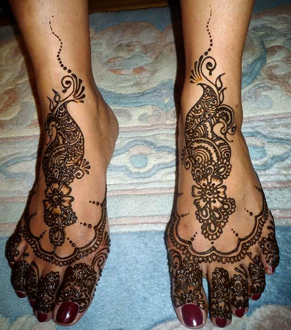 An awesome mehendi designs on feet for women