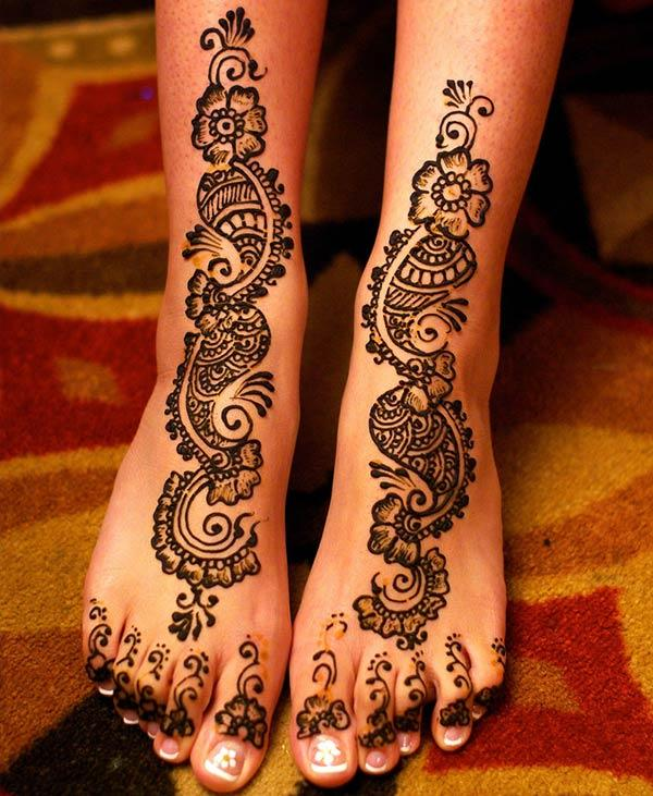 An elegant mehendi design on feet for girls and women