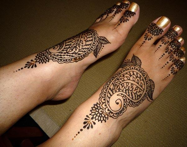 An arresting stylish mehendi design on feet for Ladies