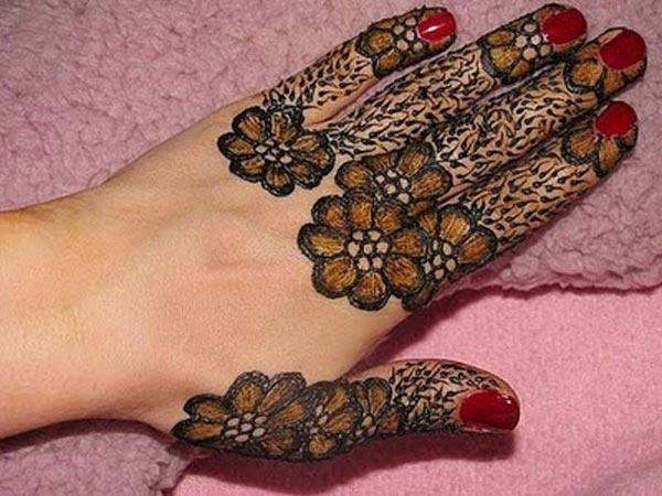 arresting floral finger mehendi design
