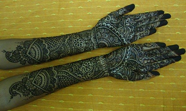 traditional hand Mehendi design for the brides