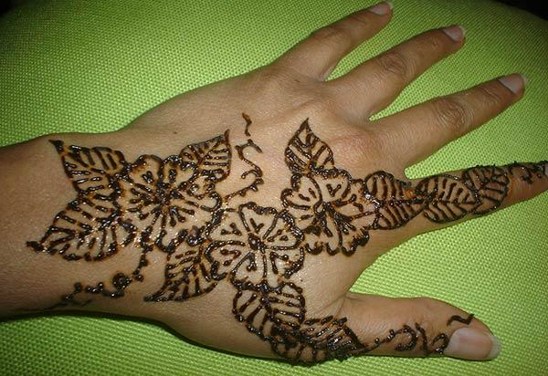 An elegant back hand mehndi design for ladies