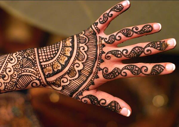 An enchanting mehndi design on back hand for women