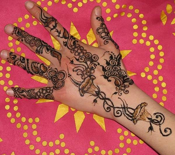 A wonderful mehendi design on back hand for women