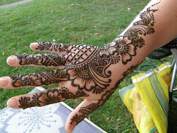 An attractive mehndi design on back hand for girls and ladies