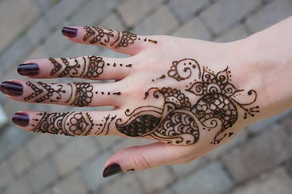 A good-looking mehndi design on back hand for Girls and women