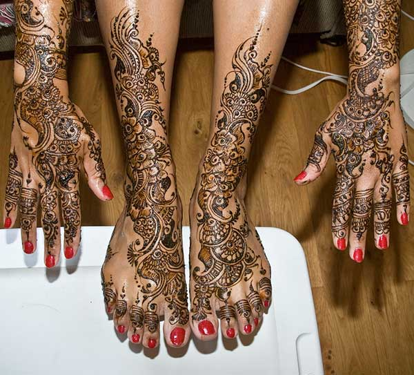 A marvelous hand and leg mehendi design for brides