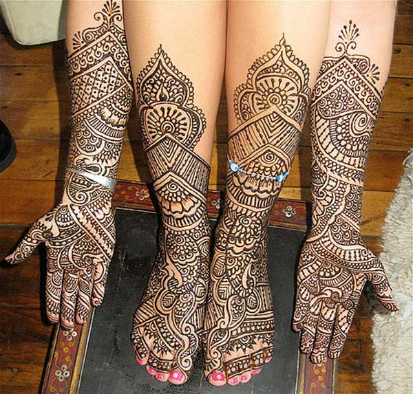 A gorgeous full hand and leg mehendi design for brides to adore on their wedding