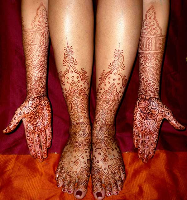 An impressive full hand and leg mehendi design for brides