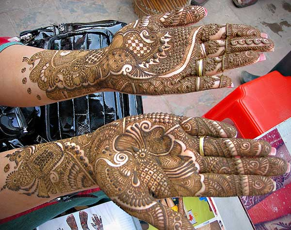 A breathtaking hand mehendi design for brides
