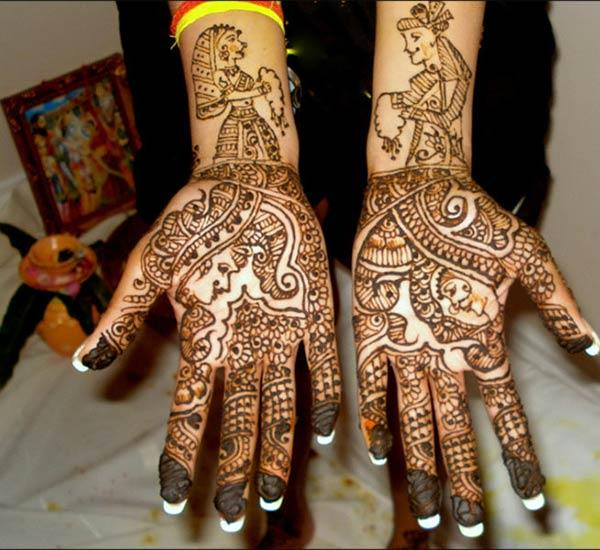 A Raja-Rani mehendi design on hand for brides
