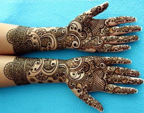 An eye-catchy mehendi designs on hand for brides