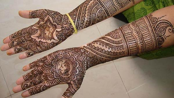 A wonderful full hand mehendi design for brides