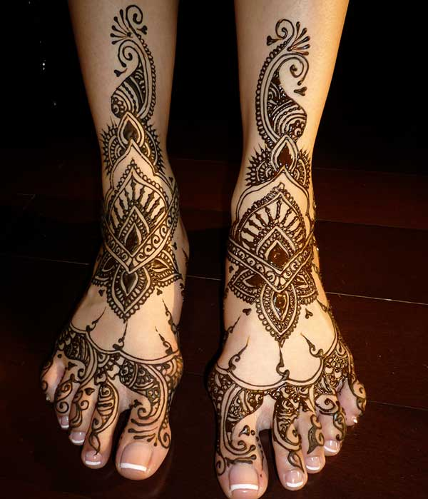 A beguiling mehendi design on feet for Girls and Ladies