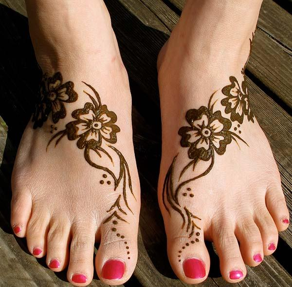 An attractive mehendi design on feet for Girls