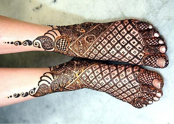 A breathtaking mehendi design on feet for girls and ladies