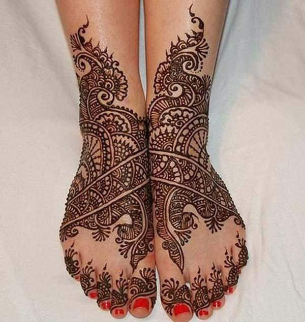 A glamorous mehendi design on feet for Women