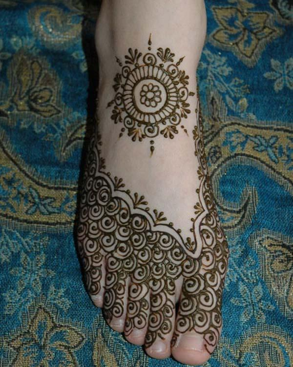 A pretty mehendi design on feet for Ladies
