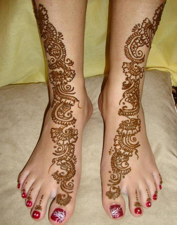 An irresistible eye-catchy mehendi design on feet for Girls