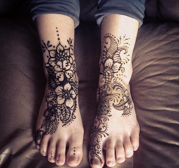 An appealing mehendi design on feet for Women